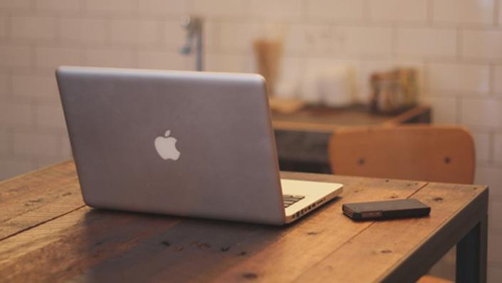 Vp77vnzyq6iekiqw04vw apple iphone desk laptop 480 270