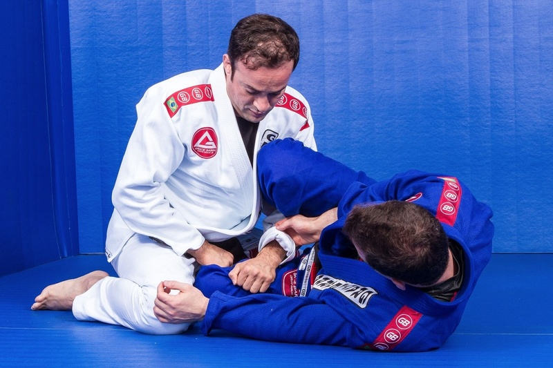 BJJ techniques: Marcio Feitosa, a black belt from Gracie Barra, teaches how to pass the guard