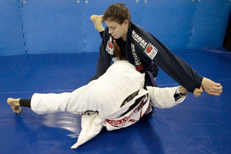 Mario Reis shows a way to apply a triangle from open guard