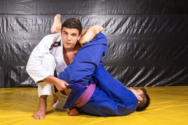 BJJ techniques: João Gabriel Rocha teaches how to apply the omoplata defense