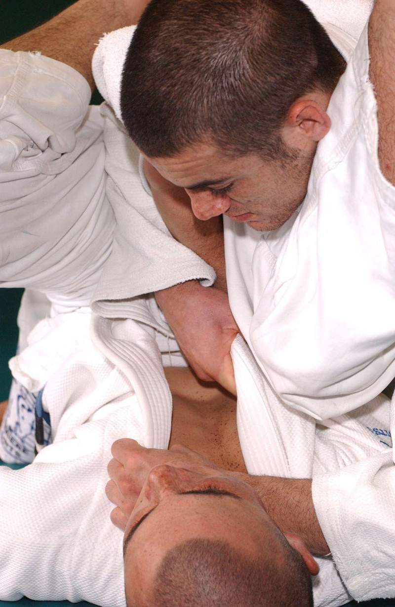Ryron Gracie teaches a classic choke when passing the guard