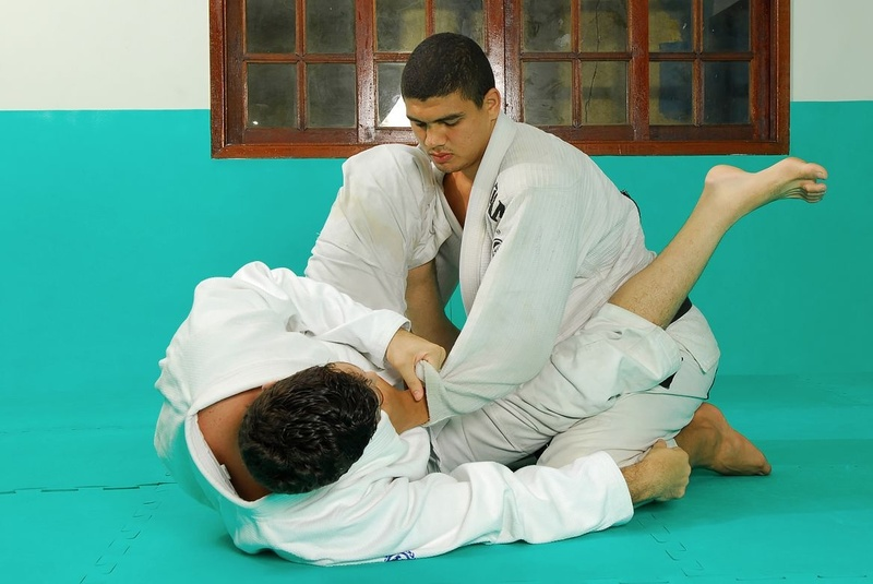BJJ techniques: Marcio Pé-de-Pano Cruz teaches how to apply an armbar starting from the triangle choke.