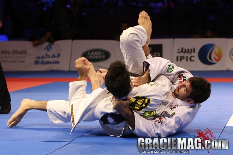 Brazilian Jiu-Jitsu lesson: Lucas Lepri teaches a trick to control and apply the choke from the back