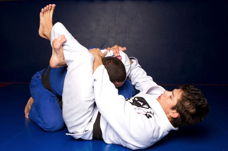 BJJ techniques: Ary Farias, a BJJ black belt, teaches how to apply the triangle choke starting from the side control