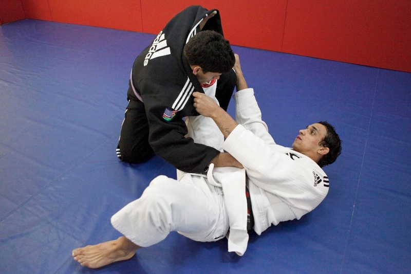 Romulo Barral teaches how to apply a triangle from spider guard