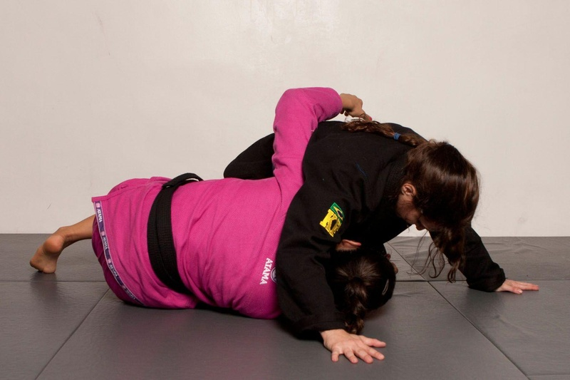 BJJ techniques: The BJJ multi-champion and TV hostess Kyra Gracie teaches us how to sweep the opponent from half guard.
