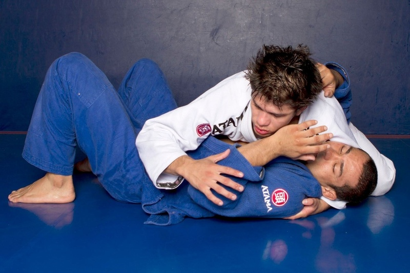 Ary Farias teaches a triangle starting from side control