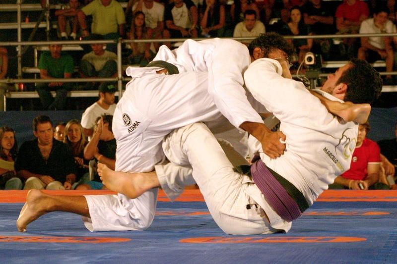 Marcelinho Garcia tentando raspar Rômulo Barral usando a guarda-X