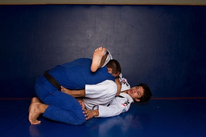 BJJ techniques: Ary Farias teaches how to apply a triangle choke starting from the open guard