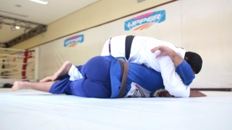 Brazilian Jiu-Jitsu lesson: André Marola shows a tip for half-guard pass
