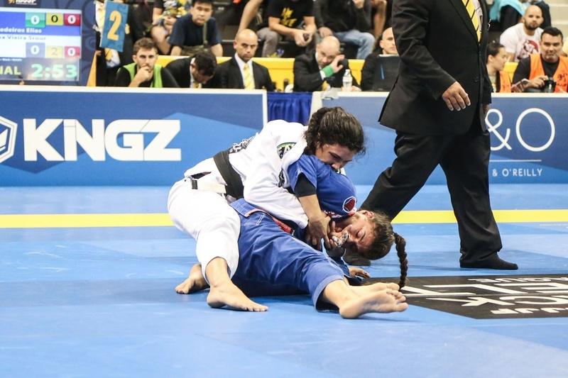 Ana Carolina Vieira beat Monique Elias at middleweight