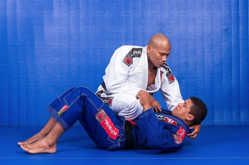 BJJ techniques: Learn from Ronaldo Jacaré a lapel choke with knee on belly