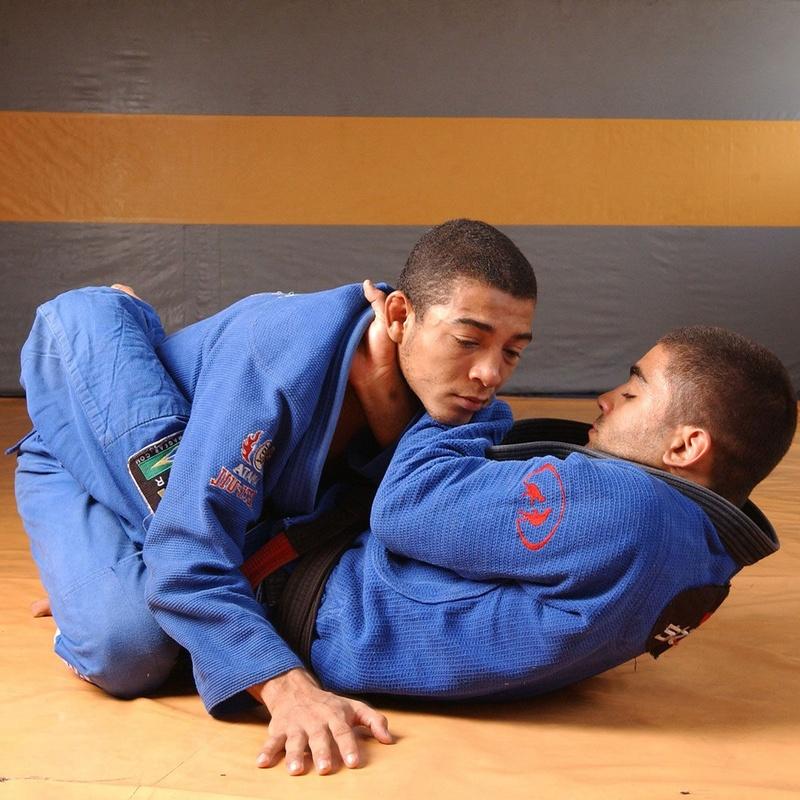 Vitor Shaolin e José Aldo ensinam estrangulamento