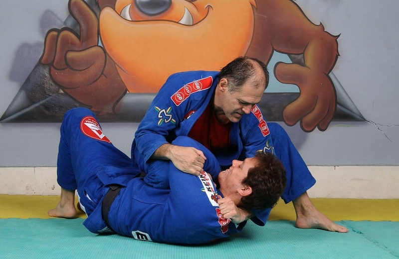 BJJ techniques: Maurição Gomes, the father of Roger Gracie, teaches us a choke with knee on belly
