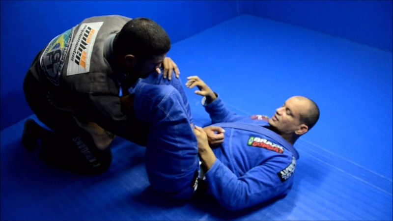 Brazilian Jiu-Jitsu: aprenda uma raspagem de omoplata partindo da guarda laçada