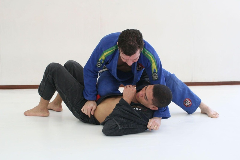 André Pederneiras teaches a choke from the side control