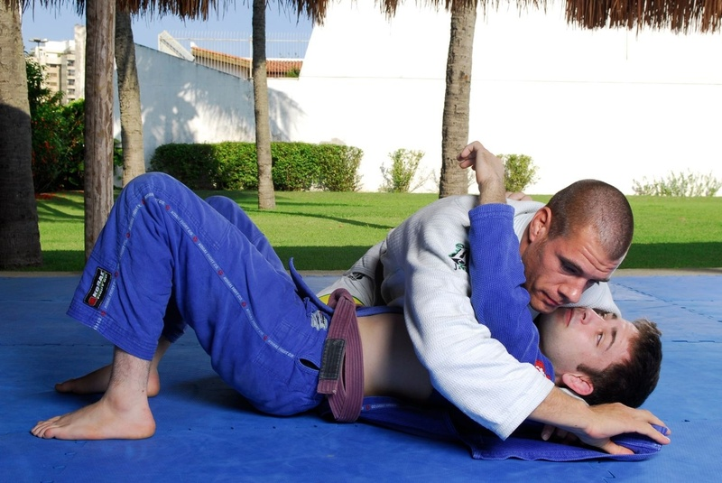 BJJ techniques: Rafael Lovato teaches how to apply the choke starting from knee on the belly