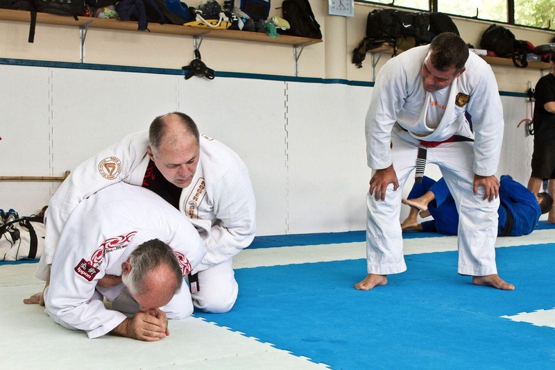 Mauricio Gomes mostrando detalhes da posição para Sergio Malibú(em pé).