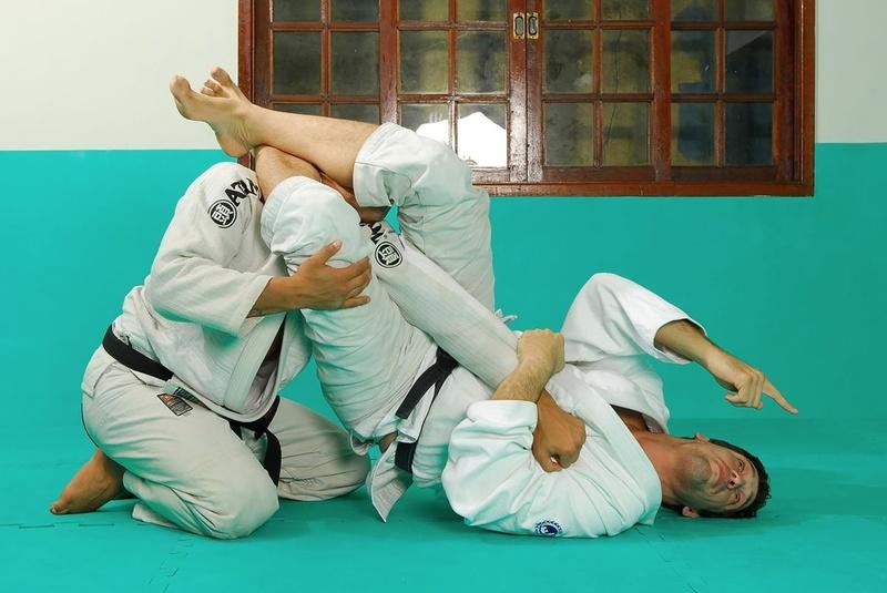 BJJ techniques: Marcio Pé-de-Pano Cruz teaches how to apply an armbar starting from the triangle choke.