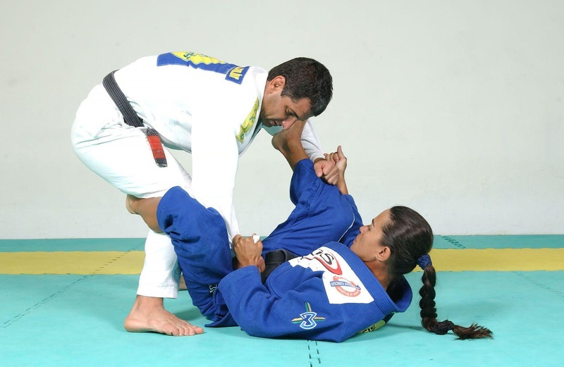 Uma das pioneiras do Jiu-Jitsu feminino e várias vezes campeã Mundial, Leticia Riberio, ensina uma raspagem da Guarda