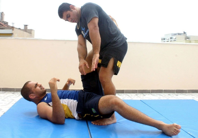 Brazilian Jiu-Jitsu technique: Paulão Filho teaches a stacking guard pass