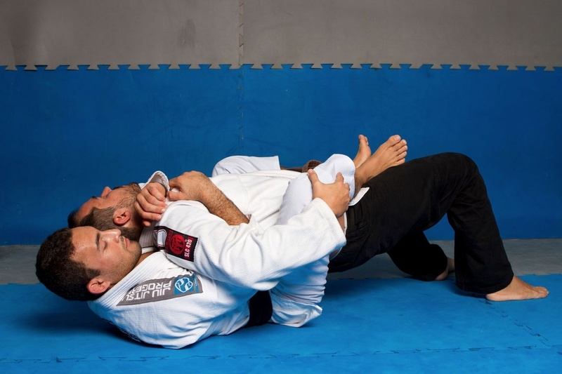 BJJ techniques: Theodoro Canal, a black belt in Brazilian Jiu-Jitsu member of GFTeam Academy, teaches us how to go to the back of the opponent starting from the closed guard.