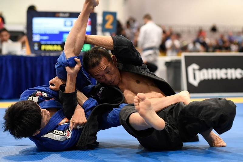 Makoto Sawada beat Yasuo Yamamoto by points (2-0) at the master-3 roosterweight final and takes the gold medal