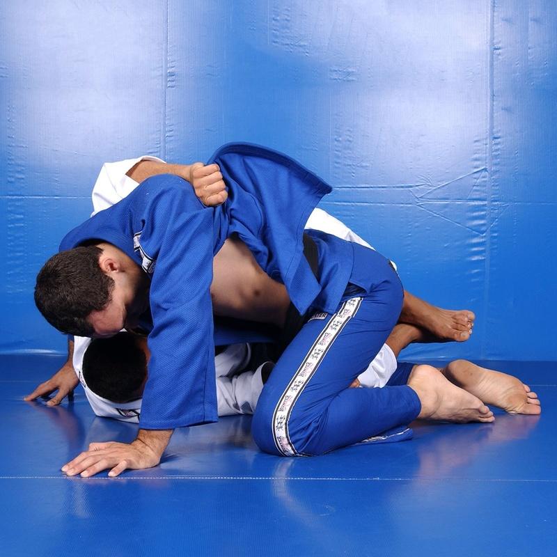 Fabrício Werdum ensina a pegar o omoplata a partir de uma escapulida da guarda.