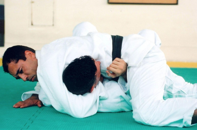 BJJ legend Royce Gracie teaches a choke from side control