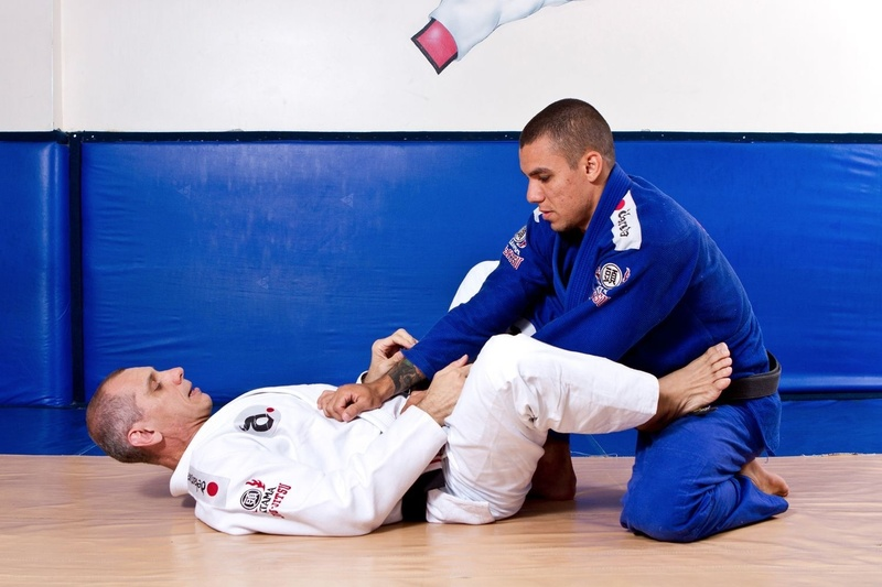 BJJ techniques: Master Ricardo de la Riva teaches us how to apply the omoplata