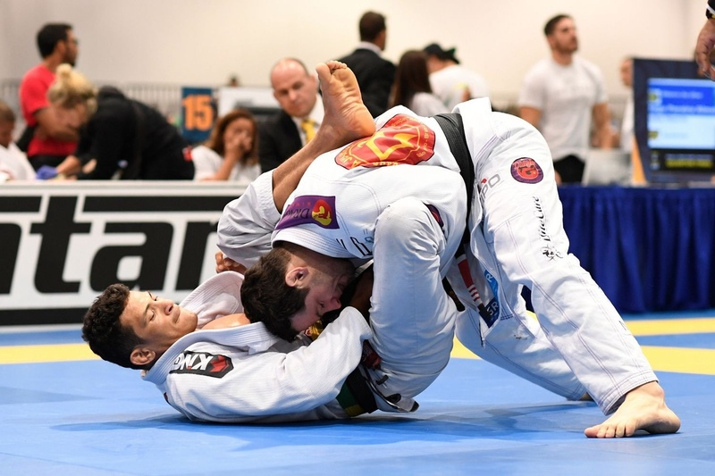 Middle: Alex Nascimento finished Adriano Araújo with a choke