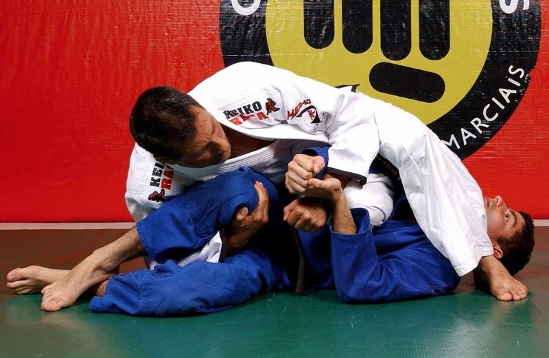 Romero Jacaré teaches an inverted armbar