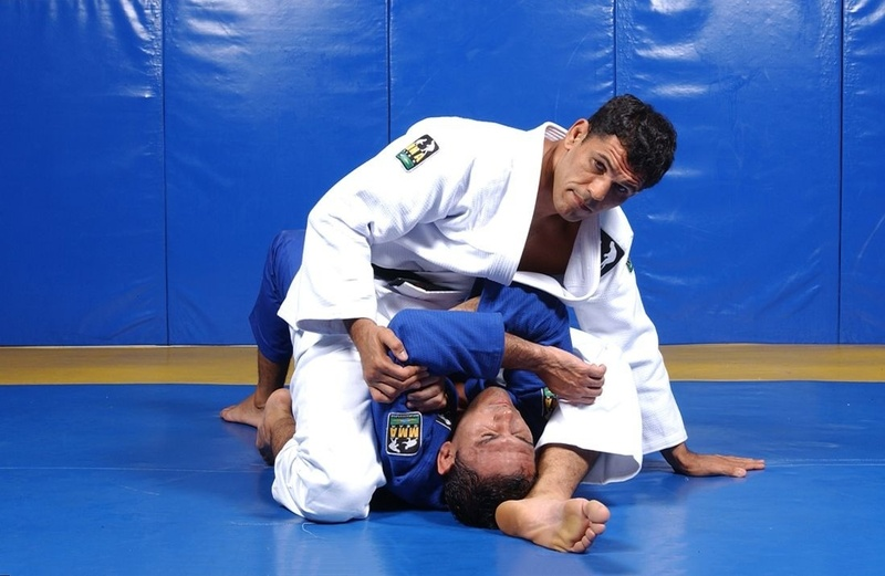 BJJ techniques: Rodrigo Minotauro Nogueira teaches how to apply two armbar variations starting from the mount