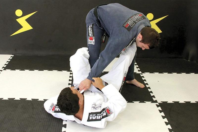 Bruno Frazatto ensina uma chave omoplata a partir de uma pegada de manga cruzada