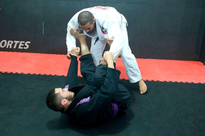 Aprenda com Davi Ramos a passar a guarda e já cair com uma chave de braço encaixada