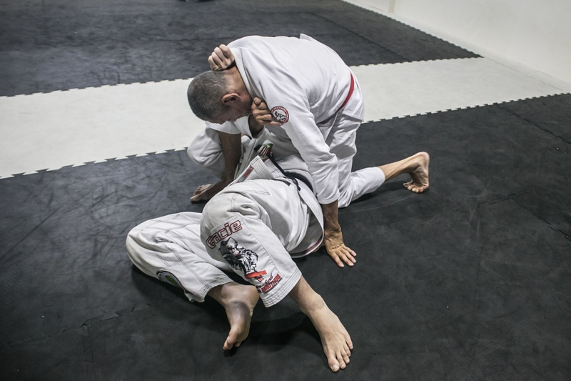 Relson Gracie shows a counter to knee on belly