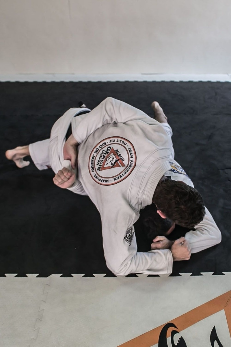 BJJ techniques: Jean Vandesteen teaches how to defend the Stack atack and counter-attacks with a Kimura.