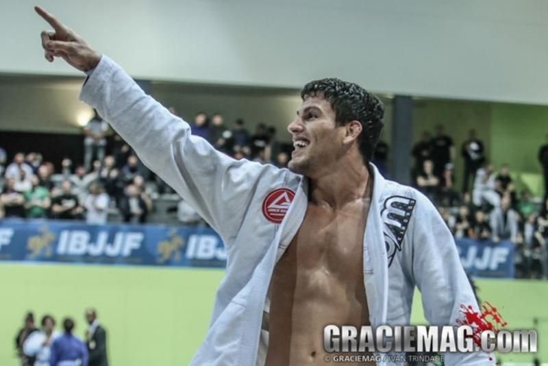 Brazilian Jiu-Jitsu: Aprenda com Felipe Preguiça uma maneira de passar a guarda aranha