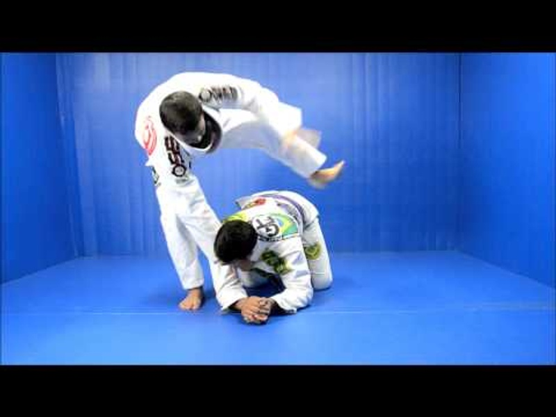 Brazilian Jiu-Jitsu lesson: Surprise your opponent with an acrobatic collar choke