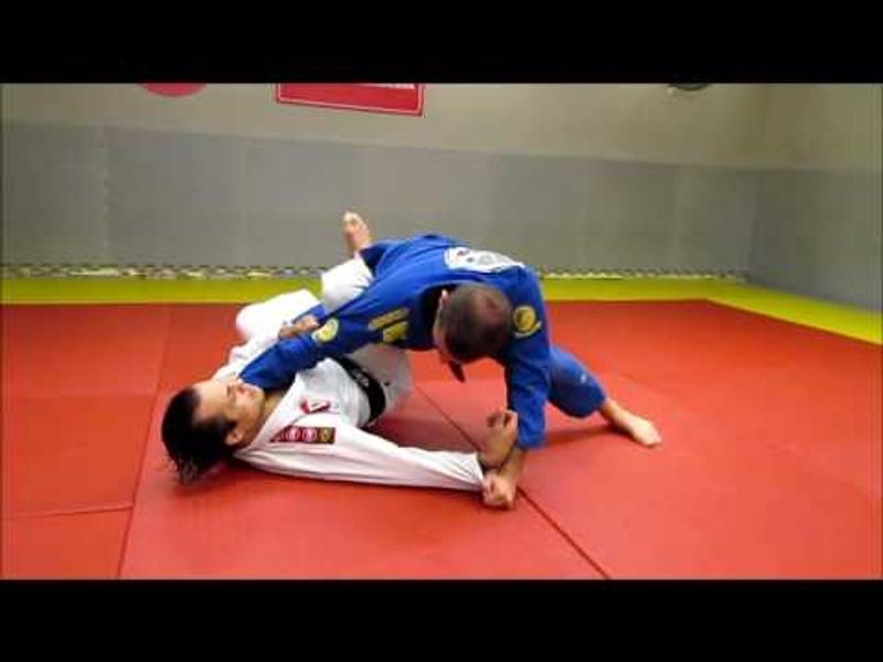 Raspe com o pé no bíceps e passe a guarda no Jiu-Jitsu