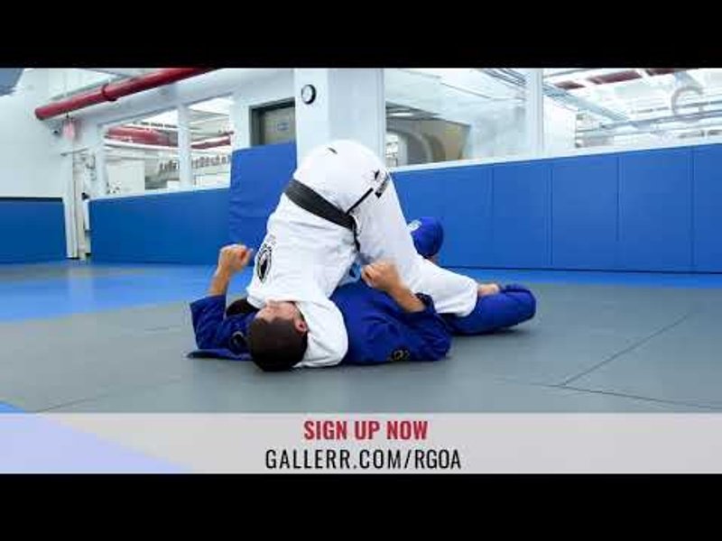 Use the lapel to pass the half-guard