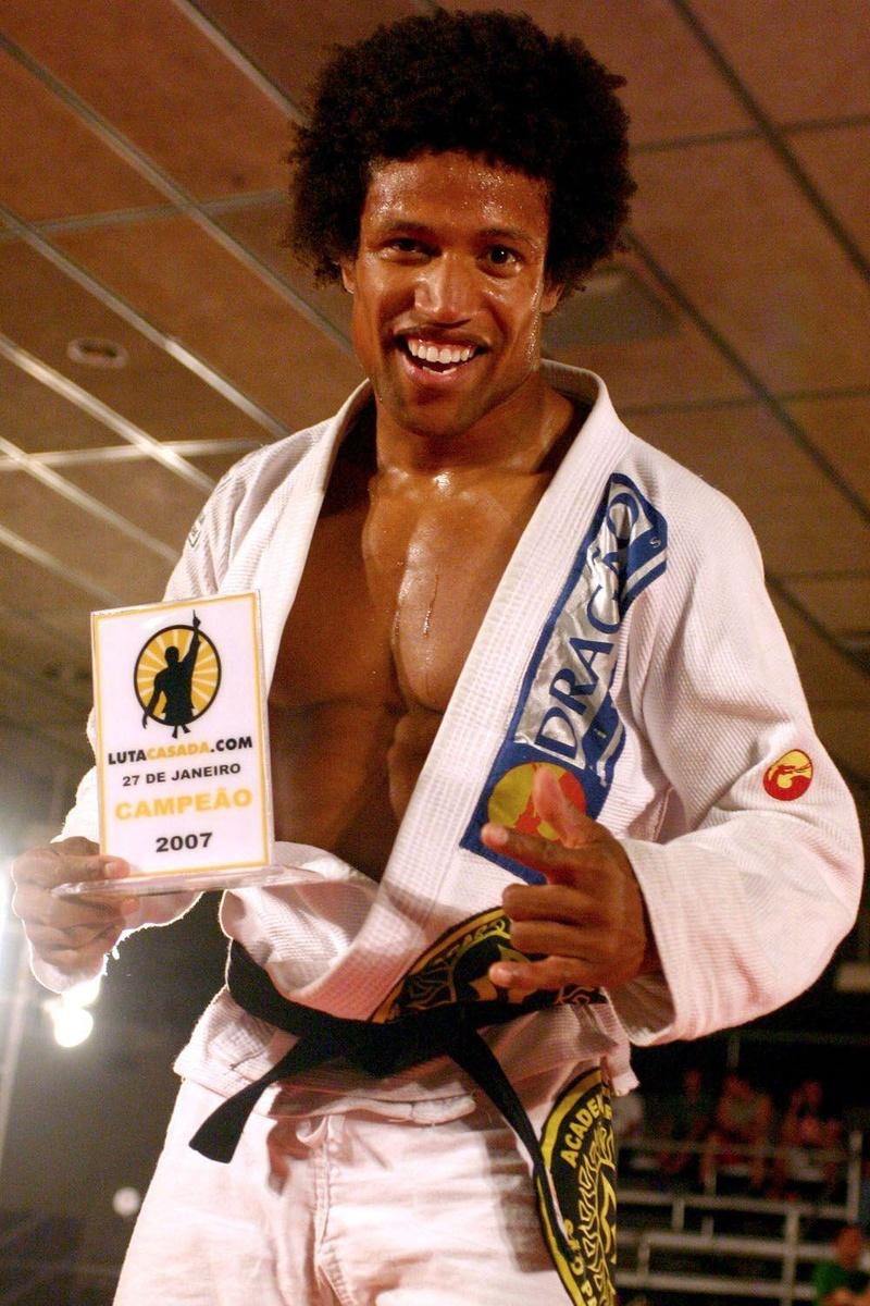 Tiago Alves comemora após derrotar Alexandre Pulga por finalização