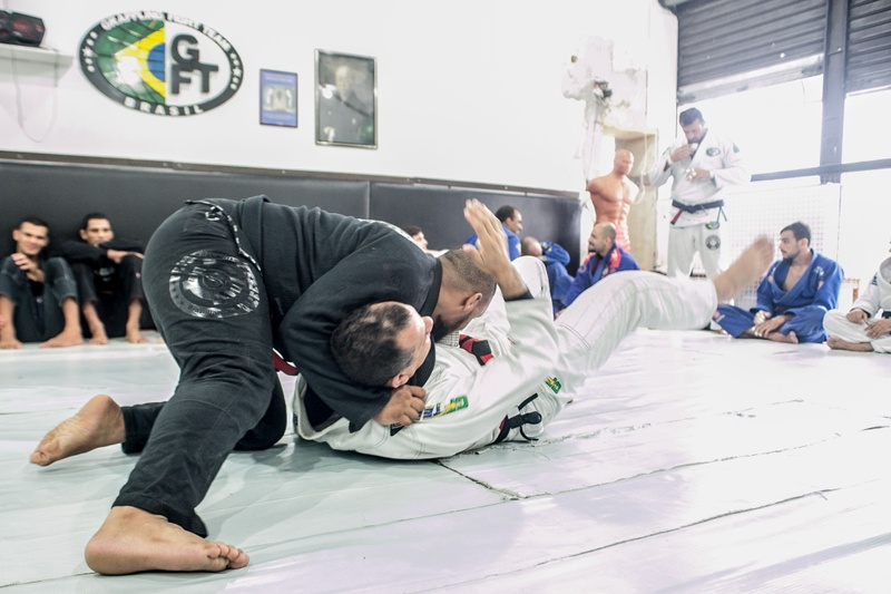 Brazilian Jiu-Jitsu lesson: Victor Honório teaches a lapel attack starting from side control