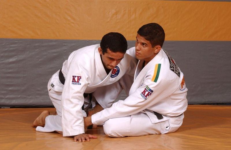 Há 15 anos atrás, o campeão do TUF Brasil 2 e craque da Nova União, Leo Santos ensina uma de suas técnicas preferidas, a raspagem de gancho