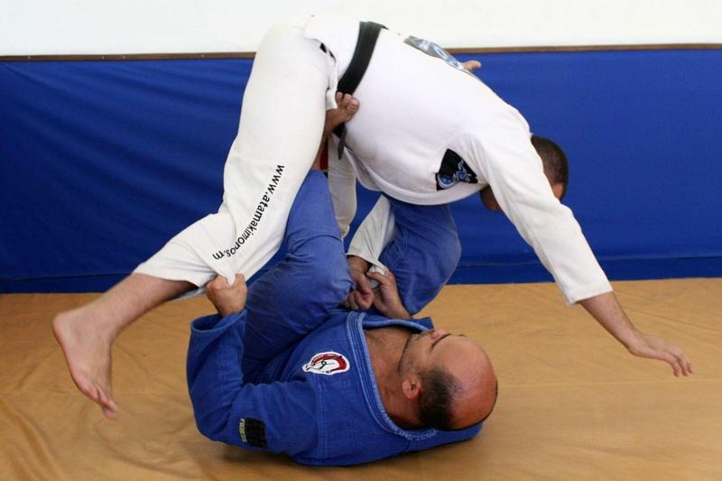 Leonardo Castello Branco ensina uma raspagem terminando com uma chave de bíceps