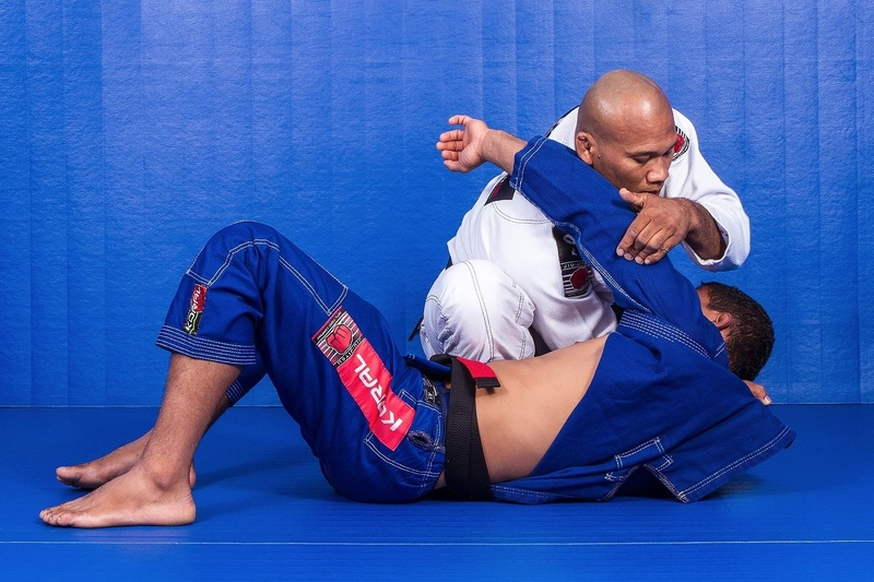 BJJ techniques: The UFC fighter and BJJ black belt Ronaldo Jacare teaches how to choke starting from the knee on belly