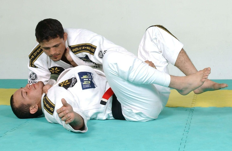 Learn with Xande and Saulo Ribeiro an efficient passing guard and submitted with an incredible choke
