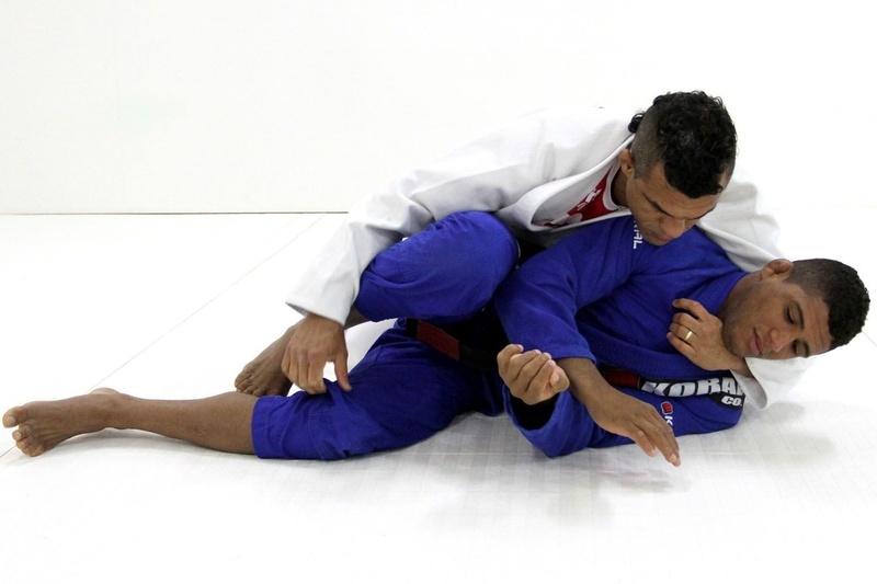 Passe a guarda toreando e finalize com uma kimura com Vitor Belfort