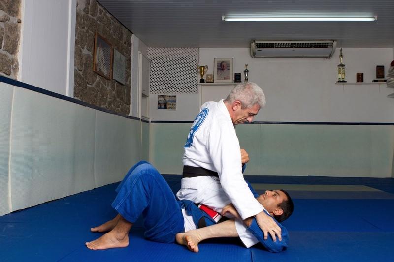 BJJ techniques: José Henrique Teixeira, a black belt in Brazilian Jiu-Jitsu, teaches how to sweep from the closed guard