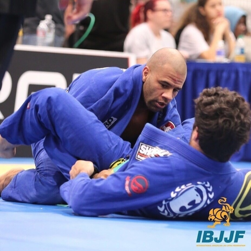 After a 3-3 tie on advantages, Vitor Oliveira beat Gregor Gracie by referees decision for the master 1 medium-heavy gold medal.